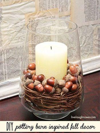 キャンドルホルダーの中に、木の枝とともにどんぐりも並べて。キャンドルの光とあたたかみのある素材に心癒されるひととき・・・