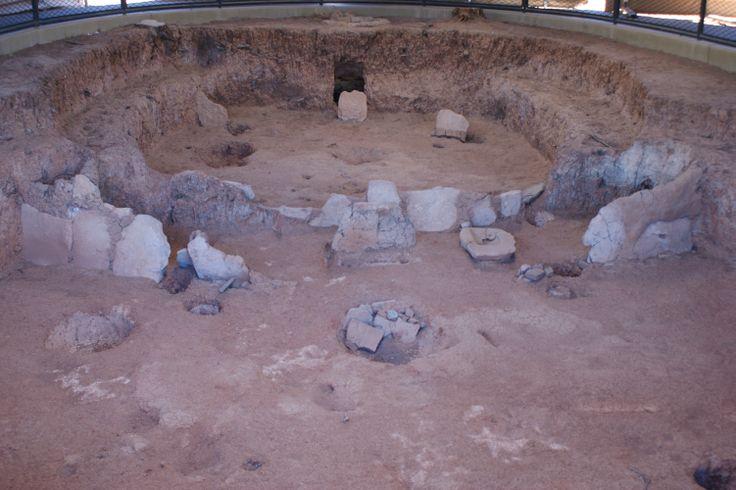 """pit house Die Anasazi waren ein prähistorisches indianisches Volk im Südwesten der heutigen Vereinigten Staaten von Amerika, das dort von etwa 500 bis 1300 n. Chr. siedelte. Man geht davon aus, dass die Pueblo-Indianer Nachfahren der Anasazi sind. Ihren Namen bekamen sie von den Navajos, er bedeutet soviel wie """"die Alten""""."""