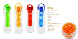 Berry-type water bottles, 600ml capacity, size: 26 x 6.5 x 6.5cm color: blue, green, orange, red For those of you who need more energy, available water bottles type Berry 600ml capacity. Features an ergonomic grip on the lid open, the sleeve and the filter on the neck of the bottle, anti spill and comfortably held. The bottle is also ideal for promotional gift purposes because it has a wide space to print your company name and logo.