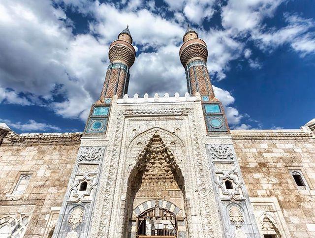 #HayırlıCumalar Gök Medrese, Sivas. Selçuklu dönemi eserlerinden olan Gök Medrese, 1271 yılında Selçuklu veziri Sahip Ata Fahrettin Ali tarafından inşa ettirilmiştir. Taç kapısı, yüksek tuğla örgüler ve gök Medrese adını aldığı minaresinde yer alan mavi çiniler oldukça dikkat çekicidir. Gök Medrese'de plastik sanatları da kullanılmış. Medreseye girişte sağda mescidi bulunmaktadır. Mihrabı çini ile kaplı olup, üzerinde Ayet-el Kürsi yazılıdır.  #yenişafak #türkiye #sivas #islam #muslim