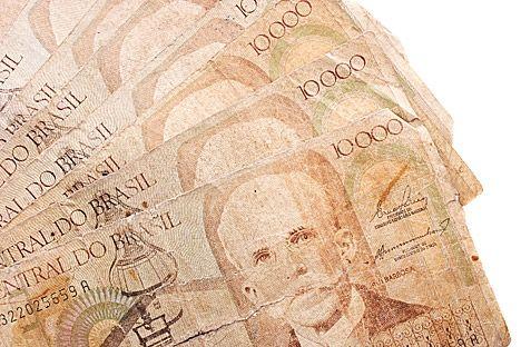 Homem na Tchuváchia compra joias com dinheiro brasileiro antigo
