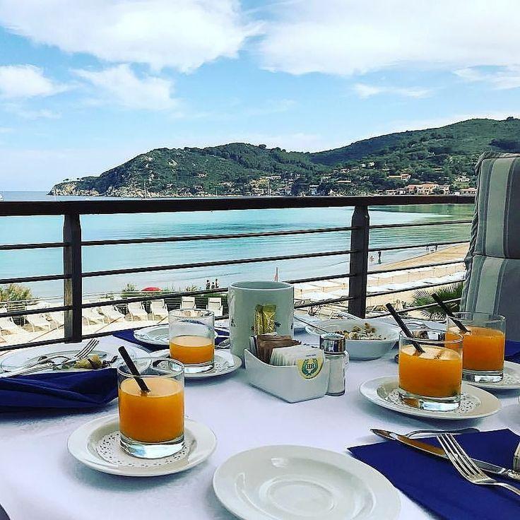 Buongiorno dalla spiaggia della Biodola a #portoferraio #elba chi viene a far colazione? Ringraziamo @miki_lucchi per lo scatto. Continuate a taggare le vostre foto con #isoladelbaapp il tag delle vostre vacanze all'#isoladelba. Visita http://ift.tt/1NHxzN3