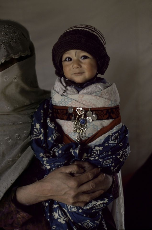 Mostrando su hijo afgano.