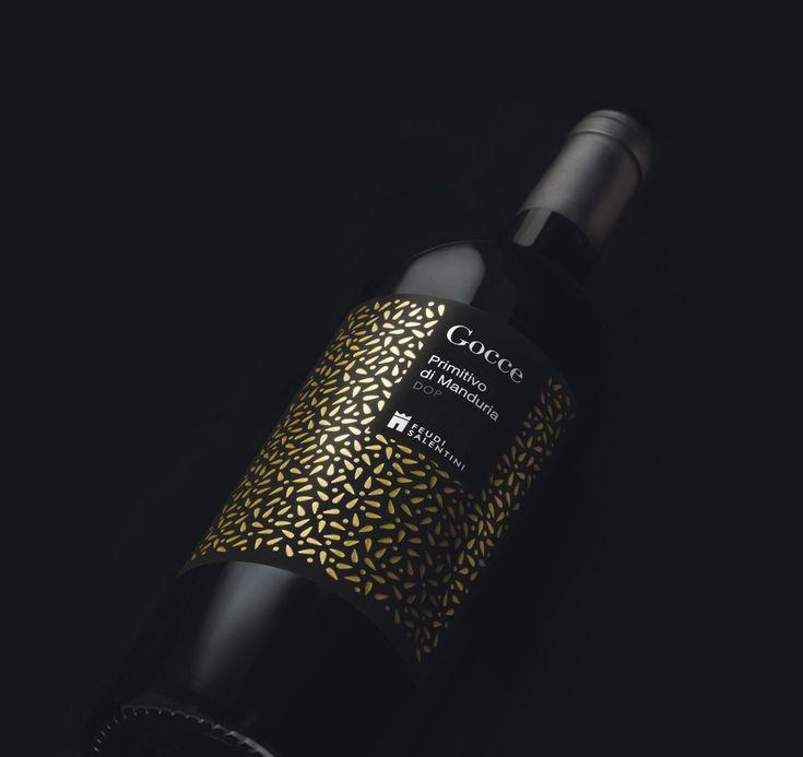 Idem Design realizza una linea di etichette di vini per la cantina Feudi Salentini abbinandoci un packaging raffinato nero con dettagli lucidi.