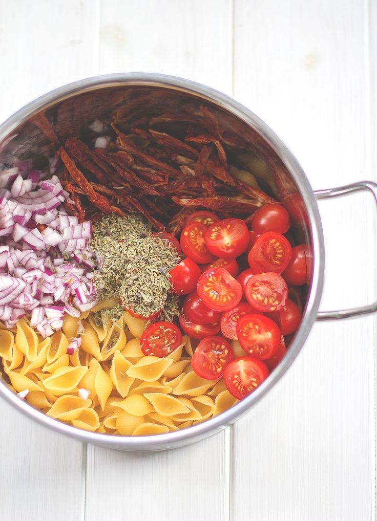 One Pot Pasta - mit getrockneten und frischen Tomaten, Walnüssen, mariniertem Feta und Basilikum von moeyskitchen.com