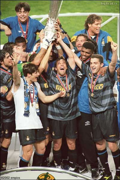 Javier Zanetti, Inter Milan (1995–2014, 615 apps, 12 goals). 1998 UEFA Cup, Inter and Zanetti (5th left - 1st row) celebration.