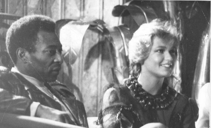 Rodney Mello/ Estadão - O ex-jogador Pelé ao lado da então namoradaXuxaassistemdesfile de modaemHollywood, 10/3/1983