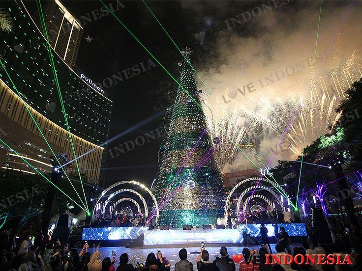 Serunya Atraksi Pohon Natal Tertinggi, Kembang Api, dan