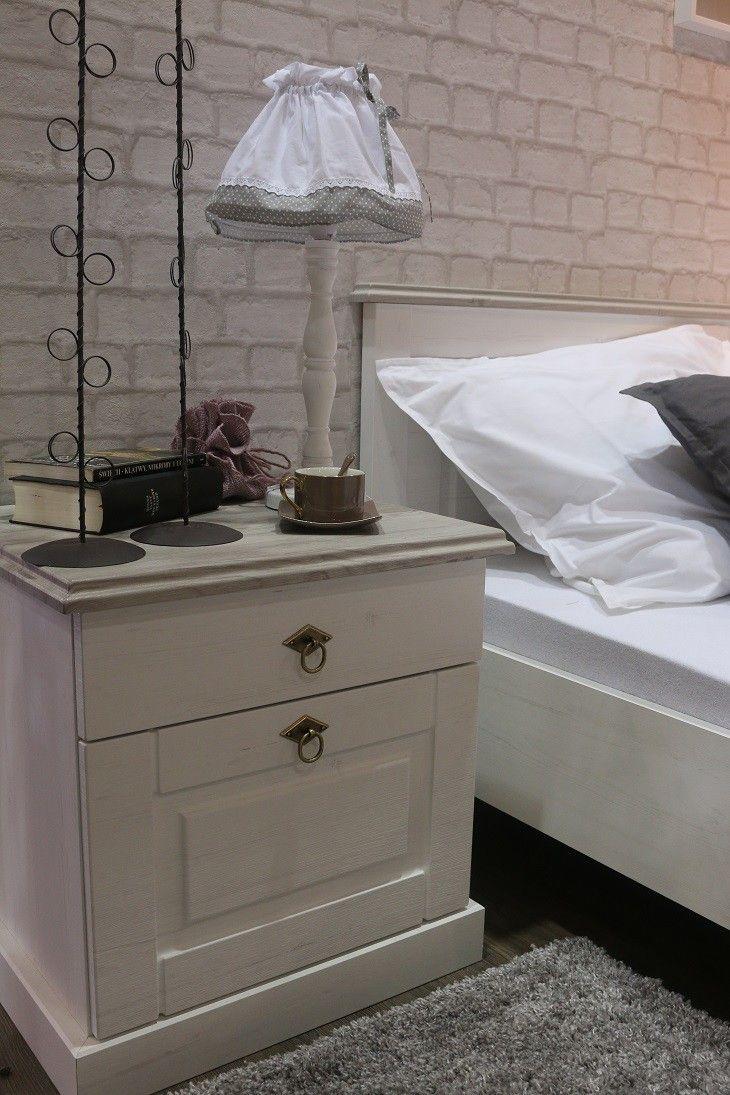 Lima P940LM21 szafka nocna Retro Wyjątkowa i unikatowa szafka nocna, doskonała do wszystkich sypialni w stylu retro. Idealna dla wszystkich, którzy chcą wprowadzić niepowtarzalny styl do swojej sypialni.   Ta stylowa szafka nocna jest doskonałą propozycją z kolekcji Lima skierowaną do tych wszystkich z Państwa, którzy chcą nadać swojej sypialni oryginalnego charakteru łącząc romantyczne detale z pięknymi i wyjątkowymi meblami.