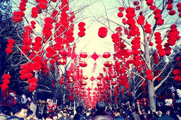 Capodanno cinese 2015 a Milano il 22 febbraio. Anche quest'anno torna a Milano l'attesissimo Capodanno cinese che si festeggerà questa volta il 22 Febbraio: la ricorrenza, infatti, avviene all'inizio del novilunio e può cadere, quindi, tra il 21 gennaio e il 19 febbraio del nostro calendario gregoriano. #CapodannoCinese #Milano #CapodannoCineseMilano #CapodannoCinese2015
