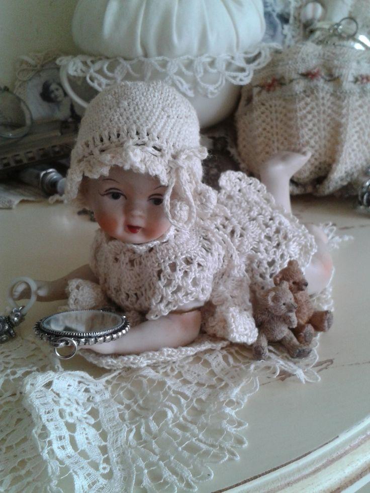 Porcelein popje aangekleed met gehaakt jurkje en mutsje...........................................................  Nelleke Verkouter...