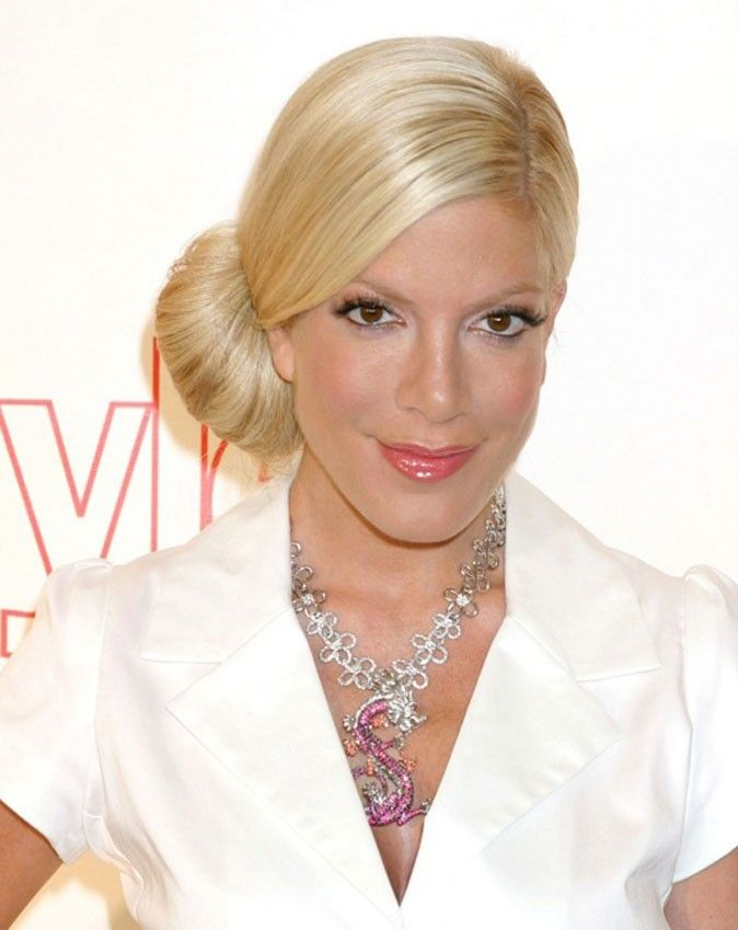 Tori Spelling - while at an SAA committee dinner at C & O Trattoria in Venice (dang, I miss that place). I was mesmerized by her beautiful long fingers... that she was using to eat the garlic knots! Early to mid 2000s so it could have been Dean McDermott with her, but frankly, she was so pretty no one noticed him.