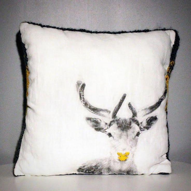 Coussin bi matière coton et laine motif cerf au nez jaune esprit scandinave. : Textiles et tapis par au-coeur-des-choses