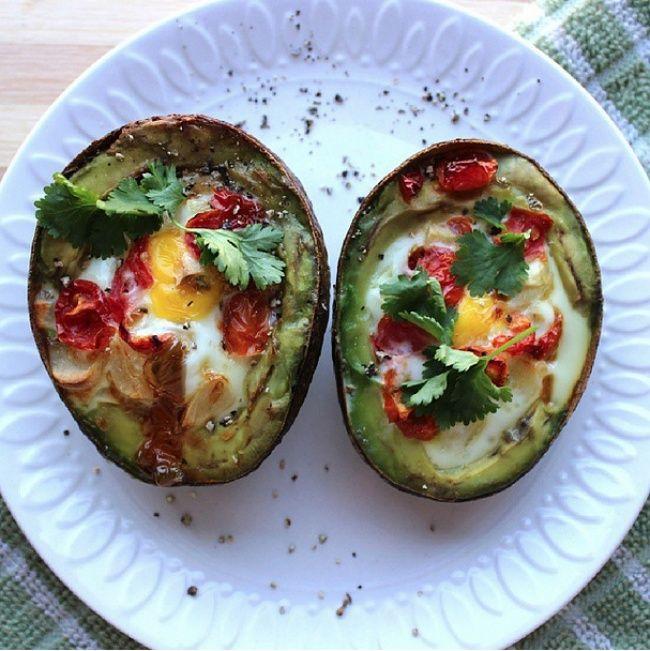 Этот аппетитный, насыщенный белками и растительными жирами завтрак очень порадует ваше сердце. Разогрейте духовку до 200 градусов. Разрежьте авокадо пополам, выньте косточку и 2 столовых ложки мякоти из каждой половинки. Залейте в половинки яйцо, добавьте помидоры, соль и перец по вкусу и украсьте зеленью. Готовить в духовке 20-22 минуты.