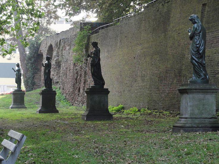 De vier Jaargetijden. De beelden zijn gegoten bij de Parijse gieterij Societé des Fonderies du Val d'Osne. Ze staan op sokkels van Naamse steen, die Matthijs van Roggen (1863-1909) maakte. Ze zijn in 1889 aan de stad geschonken door twee verenigingen. Aanvankelijk stonden ze in het midden van de Nassausingel, die later als parkeerstrook werd ingericht. Ongeveer begin jaren zestig verhuisden ze naar het Hunnerpark. Nu staan ze weer in het park aan de Nassausingel.