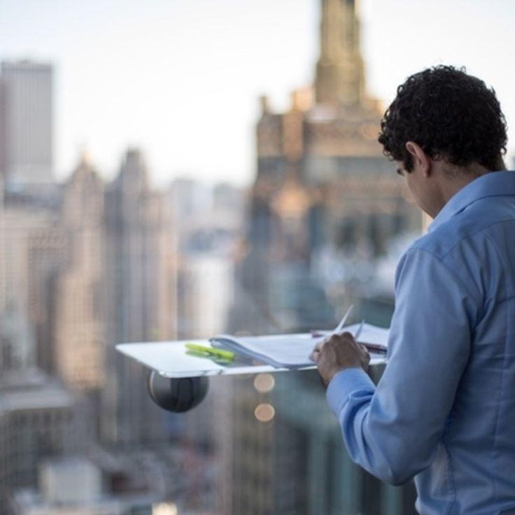 窓にマウントして使用可能なスタンディングデスク「Deskview(デスクビュー)」のご紹介です。 Deskview(デスクビュー)は、ウィンドウにマウント可能で調節可能なスタンディングデスク。  Deskview(デスクビュー)の使用場所 Deskview(デスクビュー)はオフィス、家庭、共同作業ス