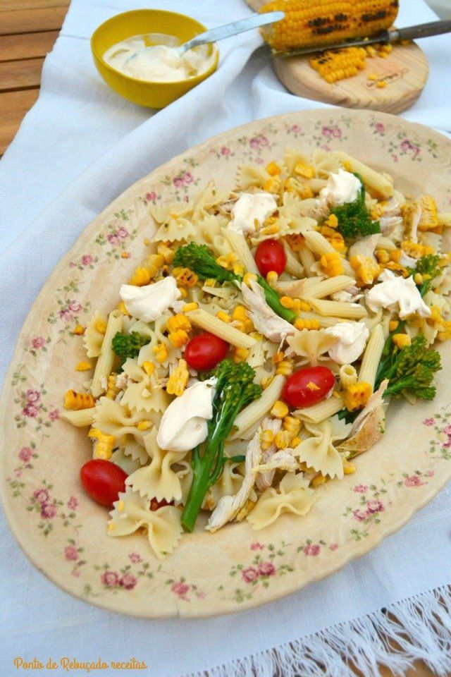 Salada fria de massa, frango e milho com tempero Gyros - http://gostinhos.com/salada-fria-de-massa-frango-e-milho-com-tempero-gyros/