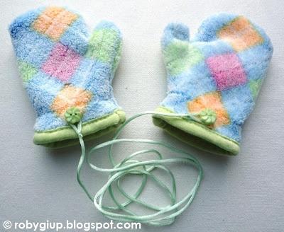 Guanti da bimba in morbidissima felpa con cordino per non perderli (con cuffia e sciarpa coordinati) - Girl mittens in soft fleece with cord to avoid losing them (with matching bonnet and scarf)