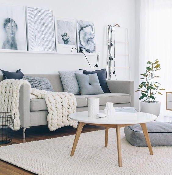 Shop the look: woonkamer met grijs en blauw. Kies voor een neutrale basis en kies de juiste, blauwe woonaccessoires.
