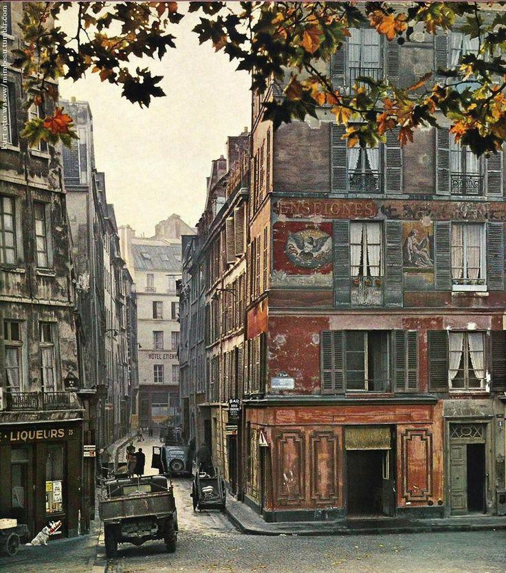 Paris vers 1955. Superbe vue, de la rue Maître-Albert qui s'engage entre la rue des Grands-Degrés et le quai de la Tournelle, photographiée par Kurt Otto-Wasow.