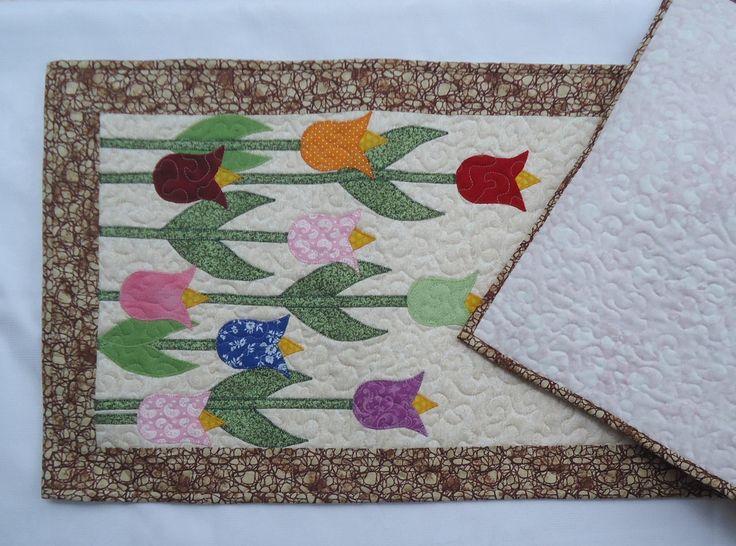 Caminho de mesa em patchaplique com tecido 100% algodão manta acrílica e peça totalmente quiltada. combinando as cores que torna a peça delicada e discreta. Obs. Verificar as possibilidades de outros tamanhos e valor