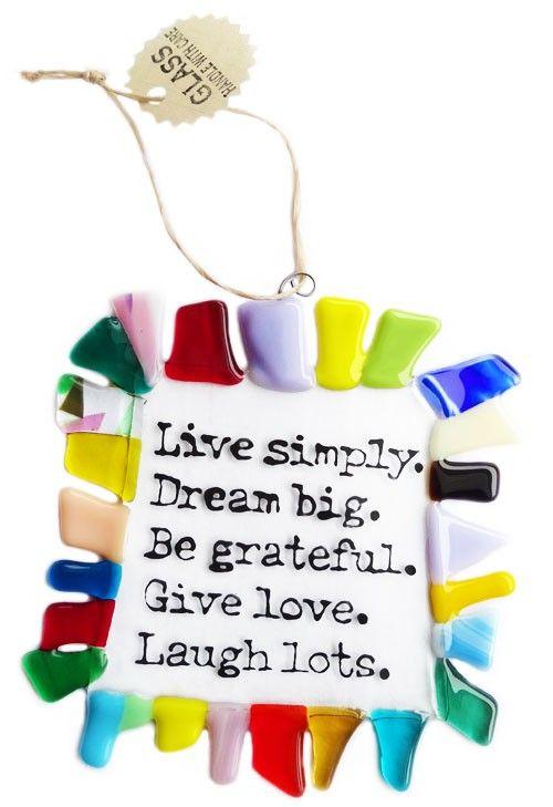 Handgemaakte multicolor glazen raamhanger met spreuk: Live Simply Dream Big.... Unieke tekstbord handgemaakt van speciaal glas!