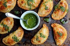 Recette et photos des chaussons empanadas caprese, fourrés au fromage mozzarella, tomates et basilic. Servis avec une sauce pesto au basilic.