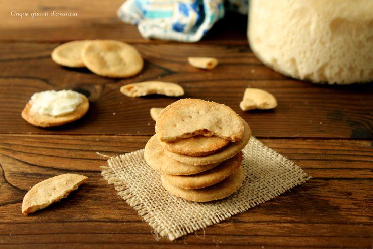 Icrackers all'acquasono dei croccanti stuzzichini integrali, realizzati con pochi ingredienti, ossia acqua, farina, pasta madre e sale!