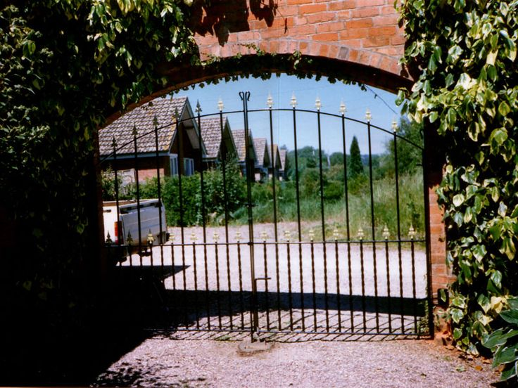 Advantages and Disadvantages of Aluminum Driveway Gates - http://apilotsjourney.com/advantages-and-disadvantages-of-aluminum-driveway-gates/ : #AluminumFence Aluminum offers light weight, low maintenance, low cost and does not rust. Applied for aluminum driveway gates, this represents significant advantages. The lightness of aluminum has a positive impact in terms of duration of the other elements of the gate and in terms of ease of use, such as...