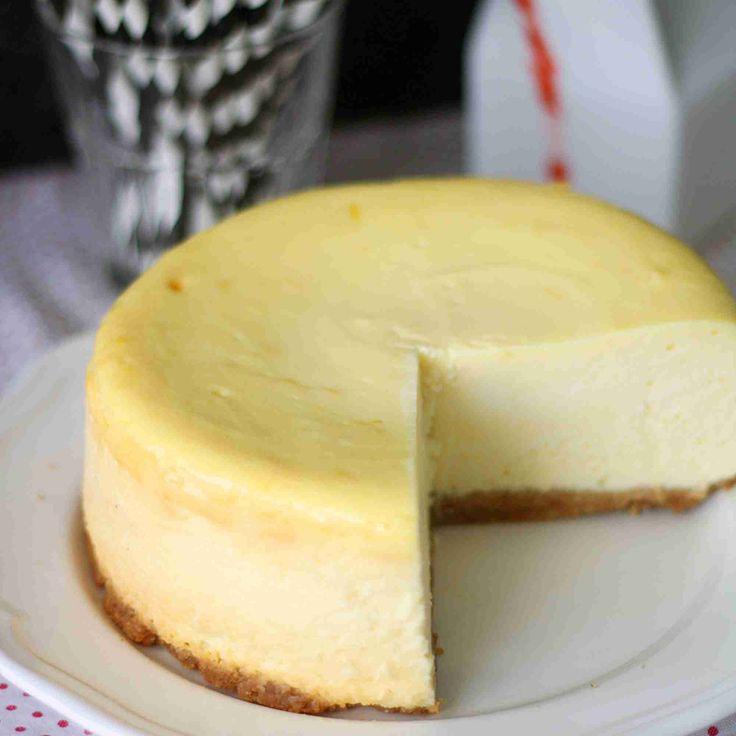 New Yorkin juustokakku (New York Cheesecake) on kakkujen klassikko ja ainakin oma ikisuosikkini. Olen syönyt New Yorkissa aitoa juustokakkua, ja siellä kakkupala on yleensä hyvin korkea ja tarjoillaan marjasoseen kanssa.