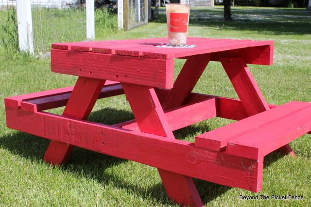 Best 25 pallet picnic tables ideas on pinterest outdoor for Pallet picnic table plans