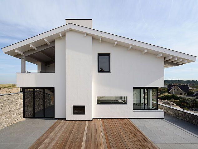 Houten terras aan zijkant nieuwbouwwoning te Bergen aan Zee   BNLA architecten