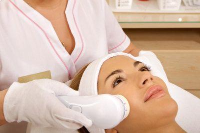 Mit Lasertherapie können Pickel-Narben beseitigt werden.