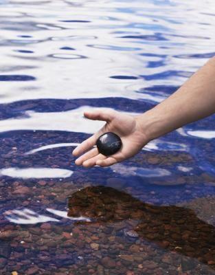 Cómo instalar baldosas de piedras de río en una ducha | eHow en Español