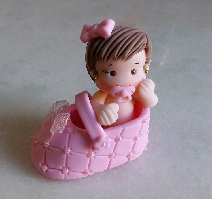 Lembrancinha sapatinho com bebê em biscuit Faço na cor desejada e tb pra menino Acompanha embalagem com fita de cetim