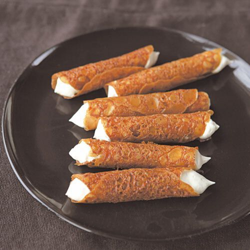 Opgerolde kletskoppen met honing, uit het kookboek 'Doordeweeks' van Hugh Fearnley-Whittingstall. Kijk voor de bereidingswijze op okokorecepten.nl.