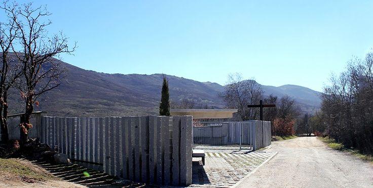 Acceso y Columbario del Cementerio Municipal de Lozoya