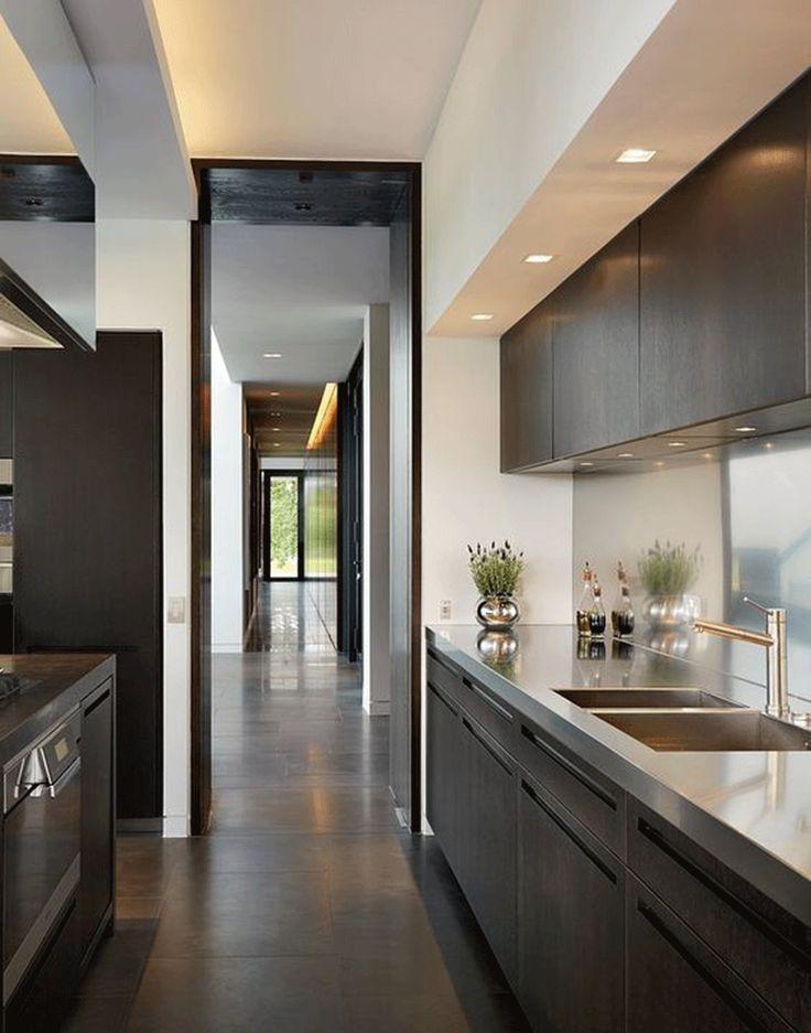 Η κατασκευή από γυψοσανίδα σε παράλληλη ύπαρξη με ένα εξίσου γραμμικό αντικείμενο δίπλα, όπως τα ντουλάπια της κουζίνας, δίνει ένα άκρως κυβιστικό αποτέλεσμα άξιο προσοχής!