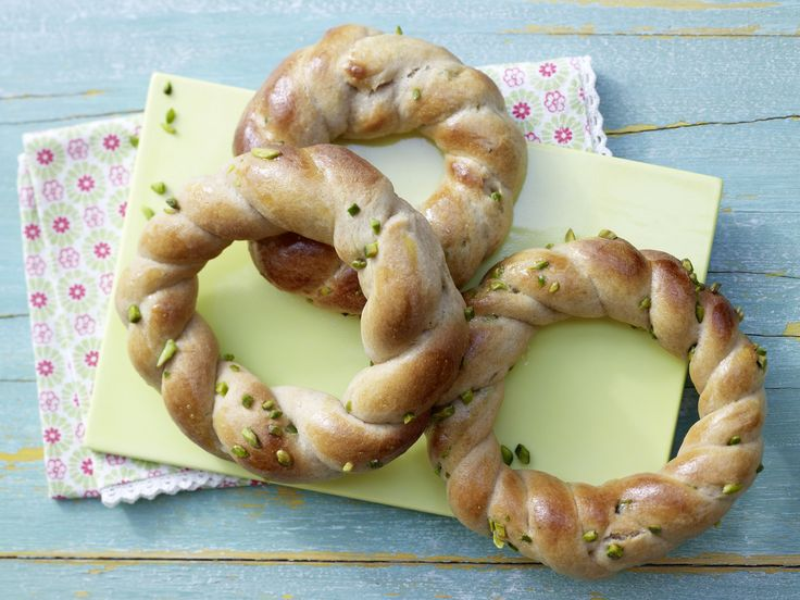 Perfekt am Morgen oder für zwischendurch: Marzipan-Quark-Kränze mit Pistazien - smarter - Kalorien: 292 Kcal - Zeit: 30 Min. | http://eatsmarter.de/rezepte/marzipan-quark-kraenze