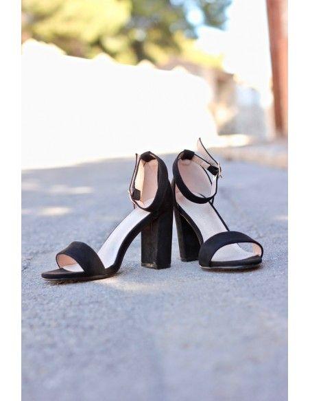 SANDALIA SALMA NEGRO 20€ Sandalia en color fucsia. Cierre con hebilla en pulsera al tobillo. Tacón ancho de unos 10cm de altura aproximadamente.