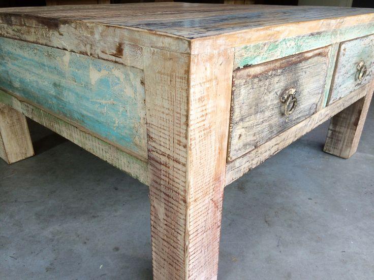 Salontafel India sesamhout. Heerlijk kleurrijk en een uniek exemplaar. Voorzien van 4 lades. Zie ook onze andere meubelen uit India.