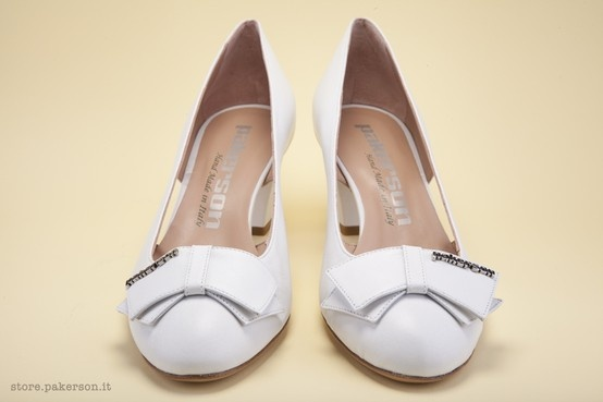 Elegant décolleté shoes completed with a flat bow with the Pakerson name in metal. - Raffinata décolleté rifinita da fiocco piatto con scritta metallica. http://store.pakerson.it/woman-decolletes-27299-bianco.html