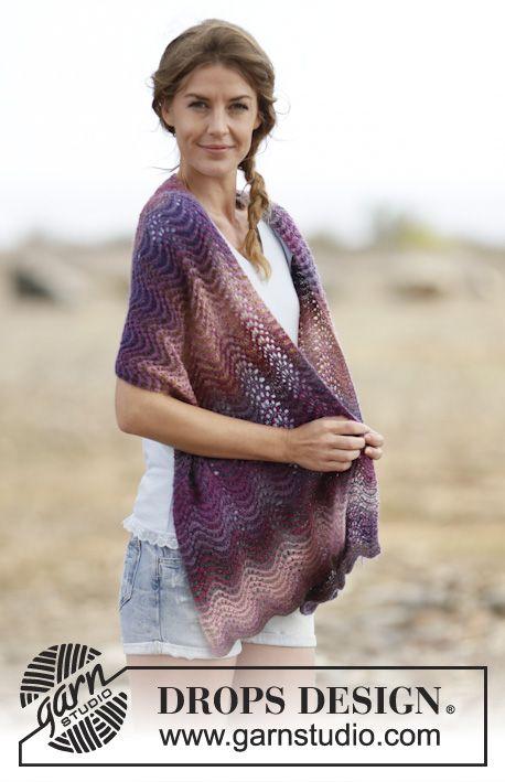 Gebreide DROPS sjaal met golvenpatroon en strepen van Delight. Gratis patronen van DROPS Design.