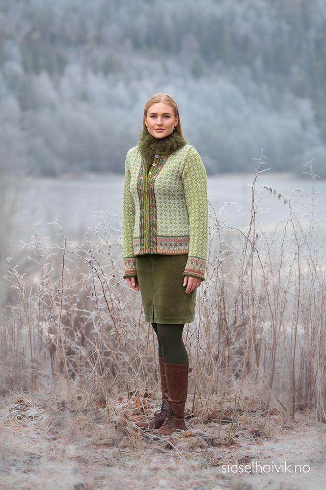 Åsemors jacket Design: Sidsel J. Høivik / sidselhoivik.no Photo: Anne Helene Gjelstad Photography Model: Stine Kolstad Yarnkits in my webshop https://www.sidselhoivik.no/produkt/garnpakker/med-oppskrift/asemors-kofte Pattern in Norwegian, English and Dutch