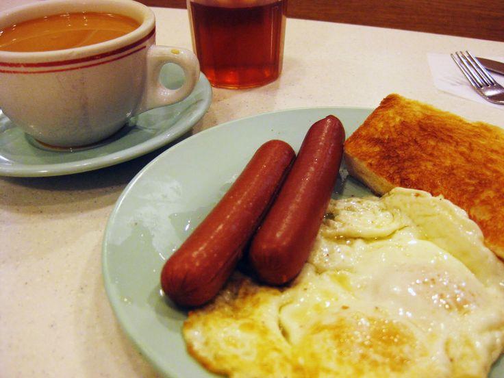 #港式茶餐廳 #吐司。將切片的麵包放在烤麵包機(香港稱作多士爐)烤至芳香取出,在吐司的一邊抹上煉奶、牛油、果醬、美乃滋等配料,用兩塊吐司夾起來熱食。多士因為有多種變化,所以有各種名稱。香港稱吐司為 #多士。