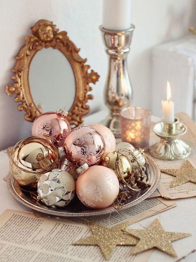 Plato plateado con esferas navideñas doradas y en color oro rosa, porta velas de plata.