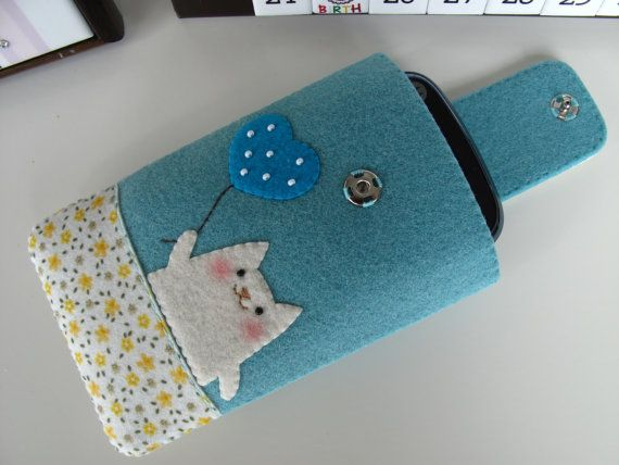Felt Cat iPhone Case. Really cute idea to make one.