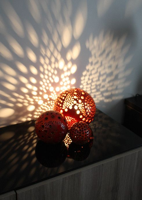 Red Lighting ball - Boules de 9 à 35 cm en céramique émaillées en rouge - montage en lampe décorative de la plus grosse boule