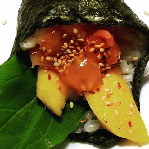 Temango Salmon ahumado acompañado de rucula, mango, salsa de mango y sesamo tostado