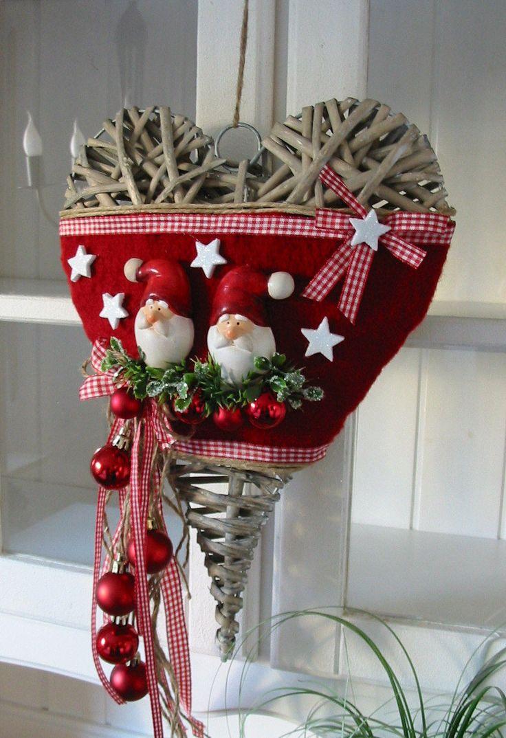 """Weidenherz """"Weihnachtsmänner"""" Türdeko Türkranz Weihnachten Türherz rot 26x35cm EUR 24,50. Artikelbeschreibung: Ein Herz aus Weide in braungrau wurde dekoriert mit rotem Filz, Jutegarn, roten Karobändchen, künstlichen Gräsern und Buchs, roten Weihnachtskugeln (die hängenden Kugeln sind aus Kunststoff), weissen Glitzersternchen und zwei Weihnachtsmänner/Weihnachtsmann/Nikolaus/Kopf/Gesicht aus Keramik. Weidenherz ca. 26 cm breit und ca. 35 cm lang ohne die herunter..."""